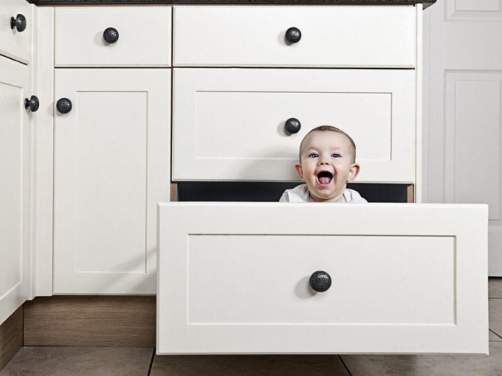 безопасность в квартире для малышей