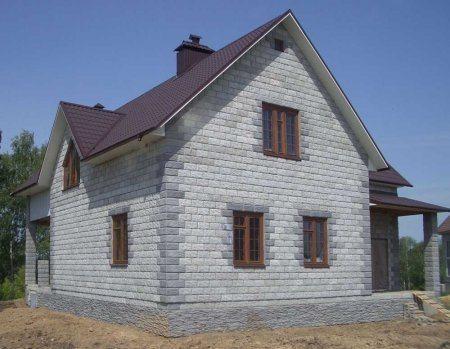 Аккуратный дом из пенобетона с мансардной крышей – наш вариант