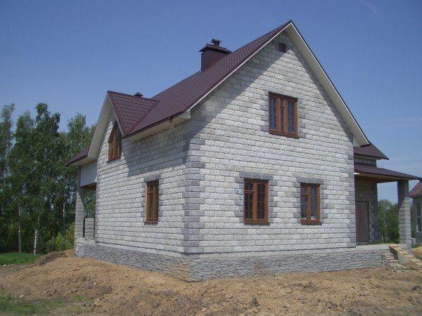 Аккуратный пеноблочный коттедж с мансардой. Себестоимость дома из пеноблоков – от 14200 тысяч рублей за 1м².