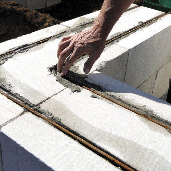 Армирование блоков позволяет избежать появления трещин и мостиков холода