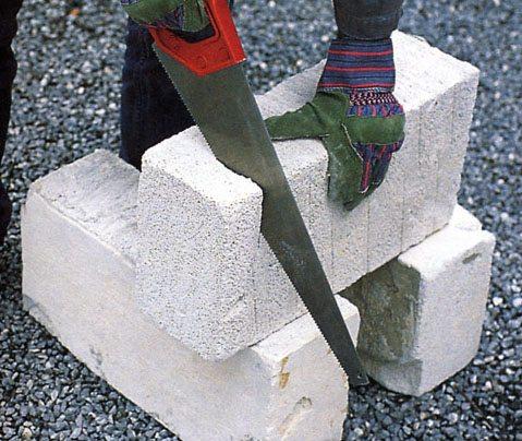 Блоки легко пилить обычной ножовкой по дереву