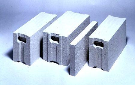 Блоки отличаются не только толщиной, но и технологией кладки – в более широких используются пазы и гребни для жесткой фиксации