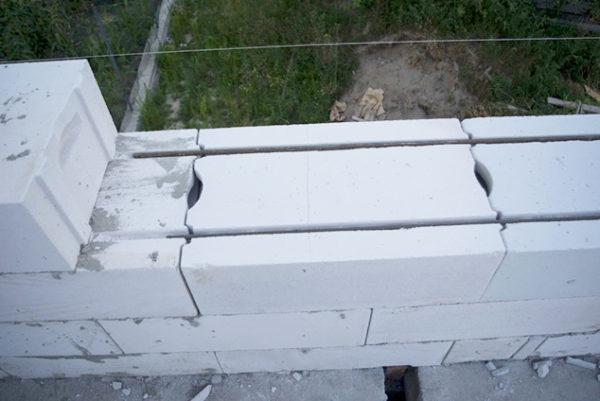 Чтобы сквозь стены не «гулял» ветер используйте пазогребневые блоки