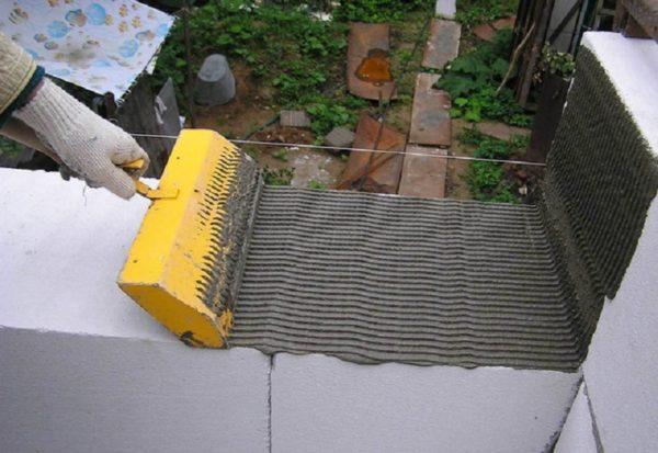 Для укладки пеноблока желательно использовать специальный клей, а не цементный раствор
