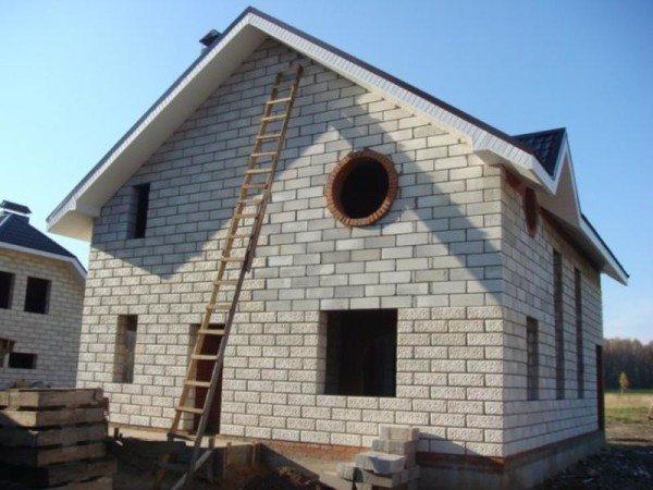 Дом из пенобетона: в завершающем этапе строительства