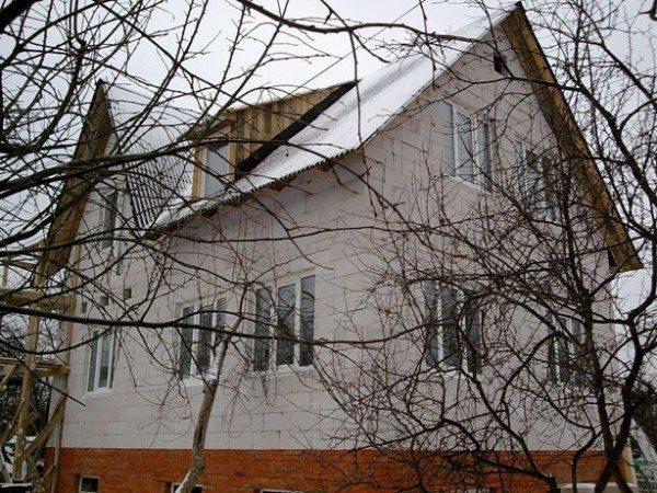 Дом из пеноблоков с цоколем