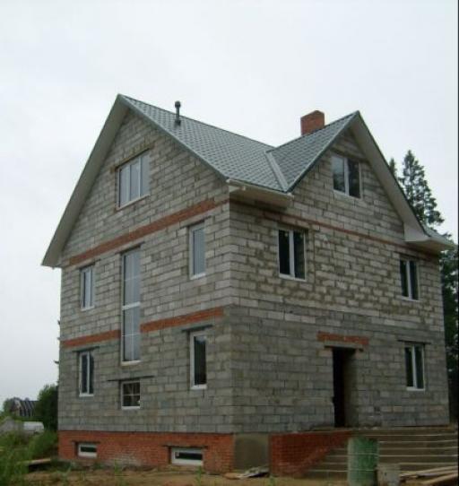 Дом из шлакоблока, требующий утепления