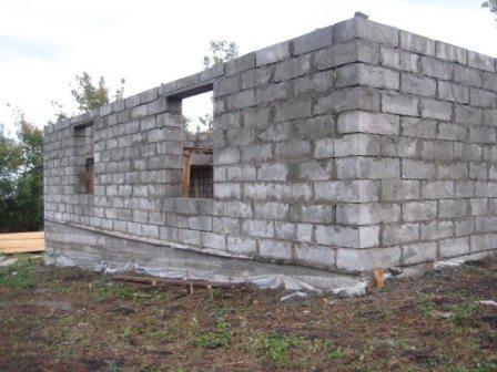 Два окна по 2 квадратных метра на одну стену – более чем достаточно