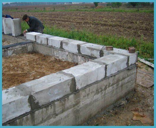 Если фундамент имеет ровные поверхности, то нет необходимости в дополнительном выравнивании стен