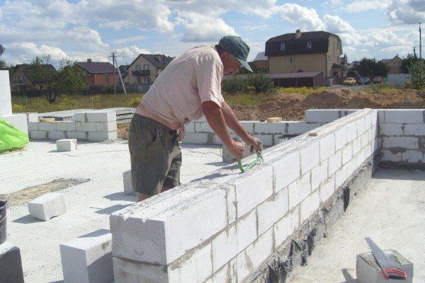 Есть блоки, у которых на горизонтальной поверхности есть выемка для раствора – повышается сцепление, либо такую выему можно сделать самому