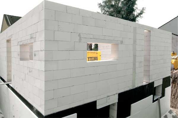 Фото – строительство дома из пеноблока.