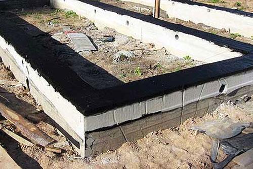 Фундамент для дома из шлакоблока выкладываем раствором битумной мастики для гидроизоляции.