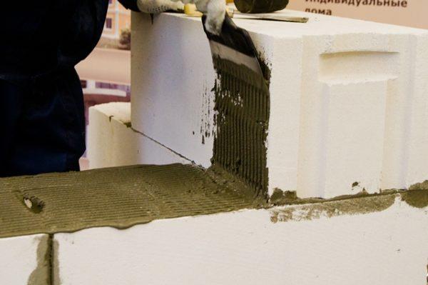 Использование клея повышает скорость кладки
