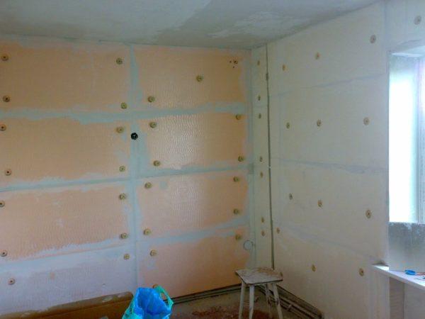 Изнутри дом можно оклеить пенопластом или пеноплексом