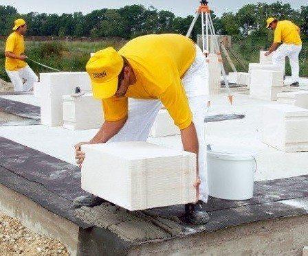 Кладка первого ряда делается на цементный раствор