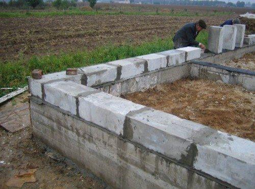 Кладку можно осуществлять только после полного застывания бетона и на слой гидроизолятора