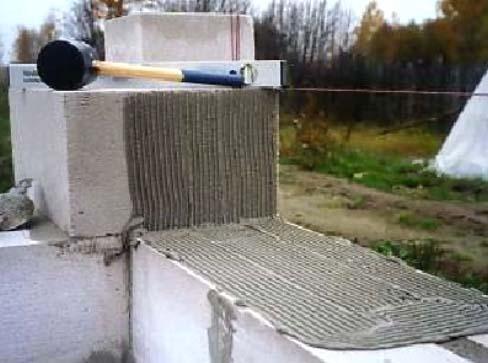 Клеевой раствор наносится тонким слоем, а если использовать цементно-песчаную смесь, то придется учитывать и толщину шва около 5-7 мм