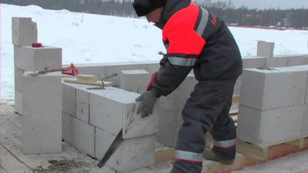 Клей позволяет заниматься кладкой в зимнее время