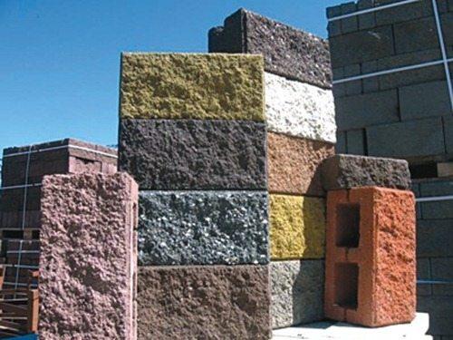 Кроме того, на сегодняшний день шлакоблоки изготавливаются в красивых цветовых решениях и с различной фактурой