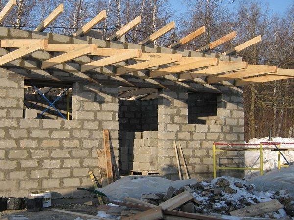 Легкая конструкция из пенобетонных блоков.