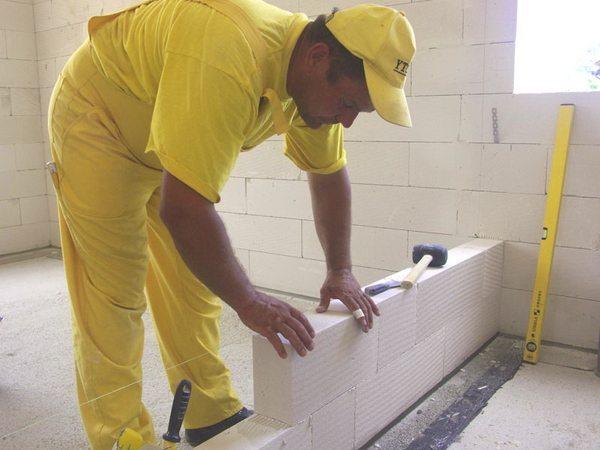 Легкий вес блока и его габариты невероятно ускорят установку стены.