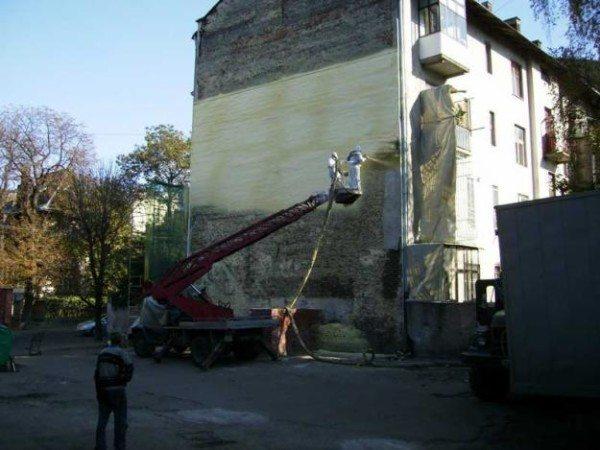 Любительское фото процесса утепления здания монтажной пеной, с использованием специального оборудования и техники