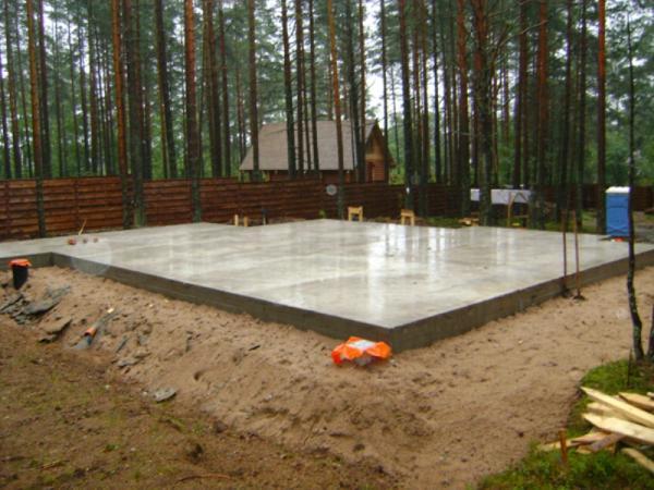 Монолитная плита может стать прекрасным основанием для любого строения