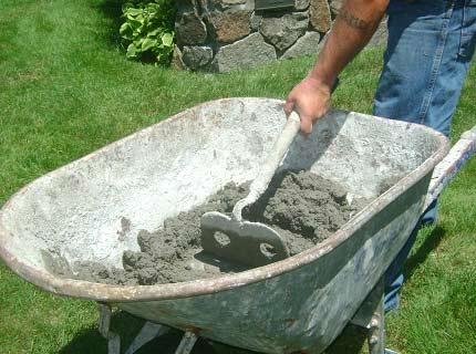 Можно сэкономить на бетономешалке и замесить раствор в какой-нибудь металлической емкости