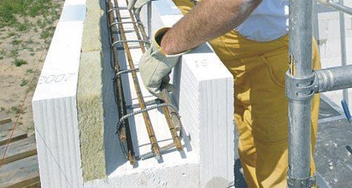 На фото – армированный пояс в пенобетонных блоках с прослойкой утеплителя