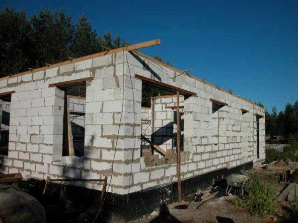 На фото – дом из пеноблоков на этапе возведения.