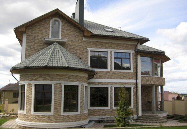 На фото – облицованный дом из пеноблока.