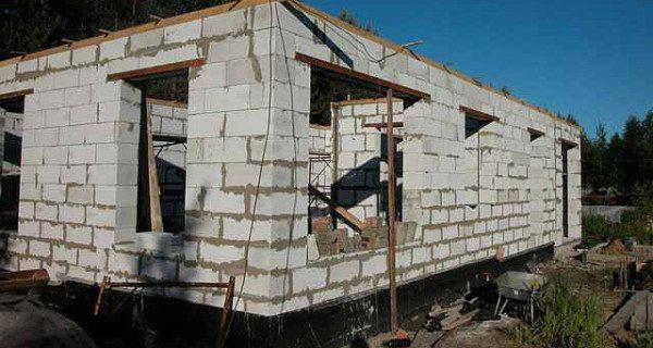 На фото – строительство дома из пенобетона.