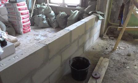 На фото – строительство стены из пеноблоков.