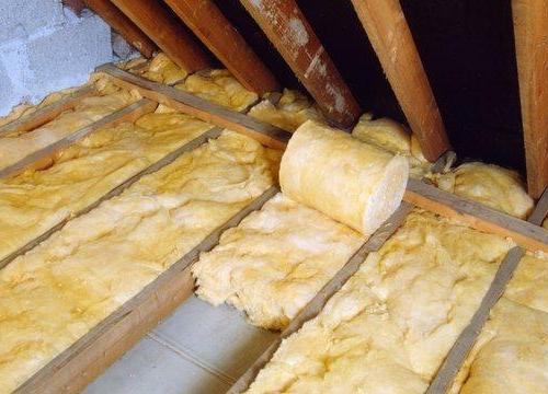 На фото – теплоизоляция пола чердака с помощью минеральной ваты