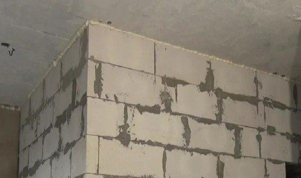 На фото – зазор между потолком и стеной задут пеной