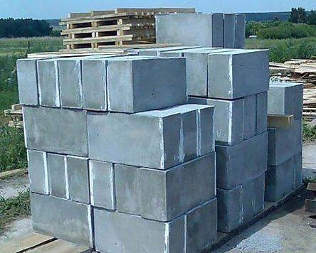 На фото поддоны с пенобетонными блоками.