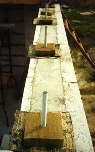 На фото показан процесс подготовки подушек для устройства перекрытия из брусьев.