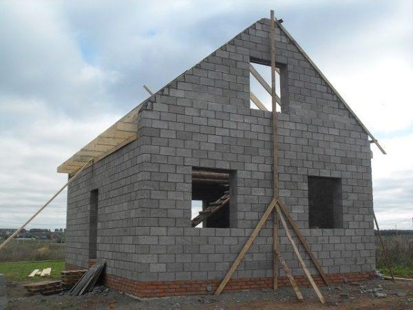 Несущая стена переходит во фронтон – неплохое решение для устройства мансардного этажа