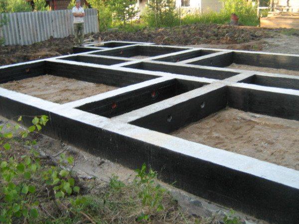 Обмазанный мастикой бетон