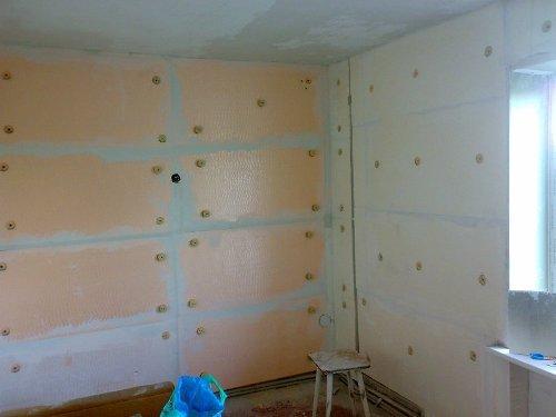 Обшивка стен пенопластом изнутри встречается крайне редко