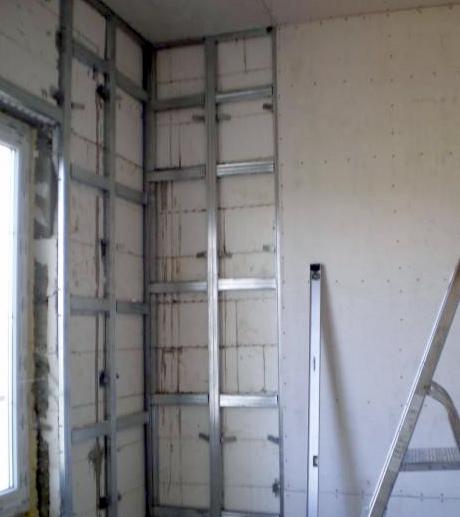 Отделка стен гипсокартоном с использованием каркаса позволяет устранить значительные неровности и спрятать коммуникации