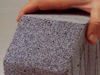 Отличия газоблока от пеноблока состоит в наличии пустых пор, составе и разности свойств
