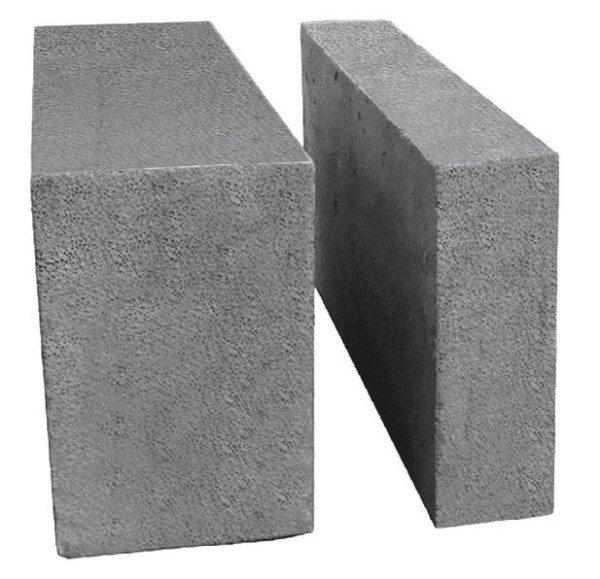 Пеноблок, предназначенный для внешних (слева) и для внутренних стен.