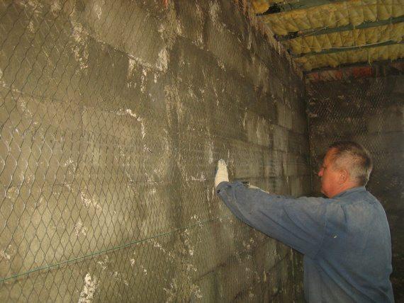 Перед проведением штукатурных работ на стены необходимо закрепить армирующую сетку.