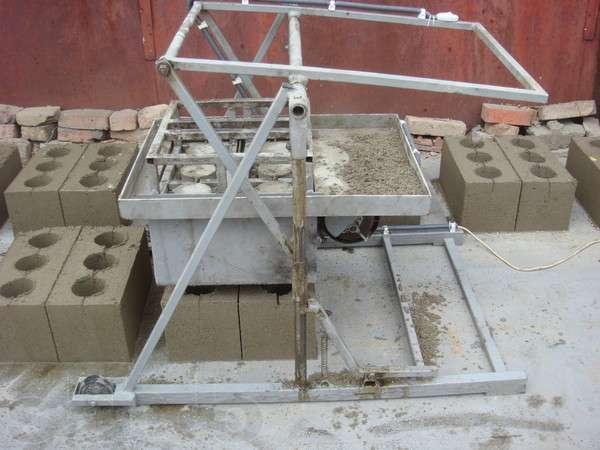 Подобное устройство облегает процесс выемки готовых изделий из форм – они опускаются на землю, либо специальный поддон, установленный под станком