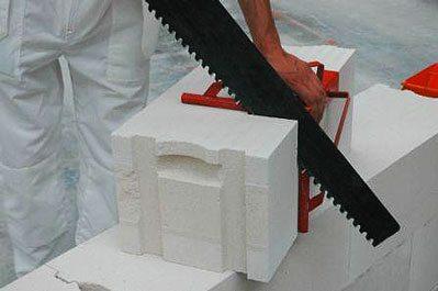 Подрезать блоки в размер можно обычной ножовкой по дереву