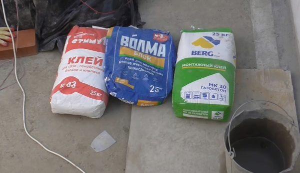 Примеры фасовки клея, который вы наверняка найдете в каждом строительном магазине