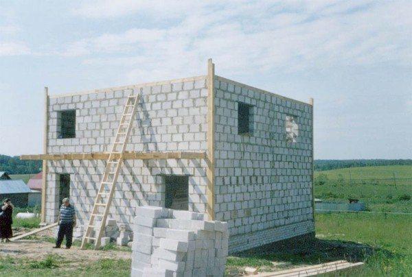 Проект дома 9х10 из пеноблоков на этапе возведения.