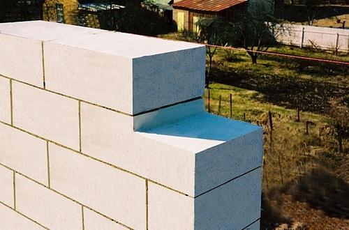 Проекты садовых домиков из пеноблоков предусматривают два вида кладки: на клей и на раствор
