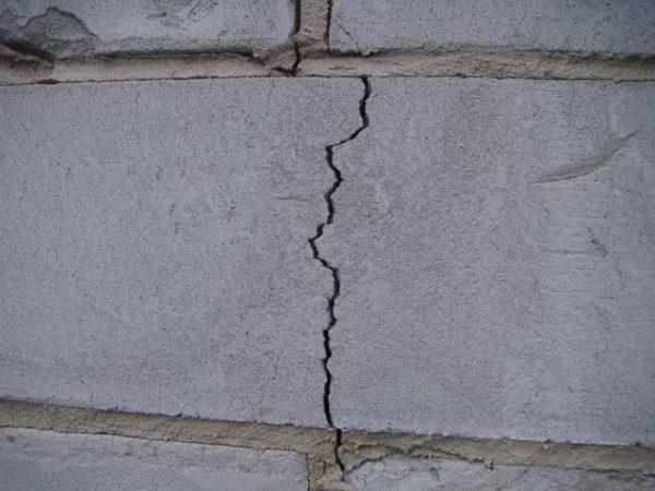 Растрескивание блоков в стене может объясняться как нарушением технологии строительства дома, так и нарушениями в технологии производства стройматериала
